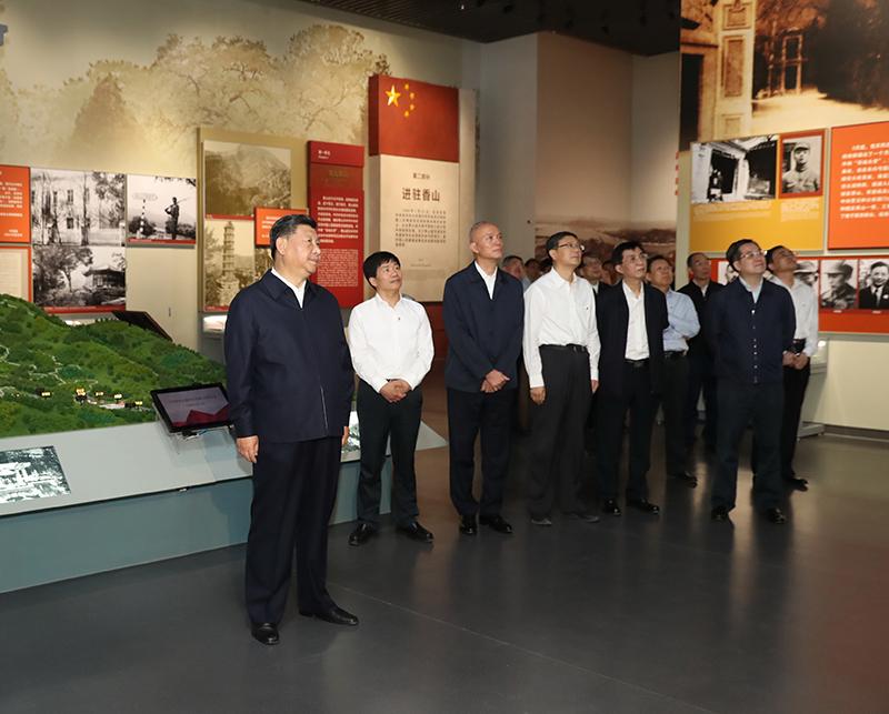 9月12日,中共中央总书记、国家主席、中央军委主席习近平视察中共中央北京香山革命纪念地。这是习近平在香山革命纪念馆参观《为新中国奠基》主题展览。