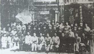 """1941年,广西省政府将南宁、梧州、桂林3个省立医药研究所合并,改称广西省立医药研究所。当年冬,创建附属医院,命名为""""广西省立中医院"""",院址设在南宁市繁华的中山路中段,当时医院面积仅100平方米,设病床15张。"""